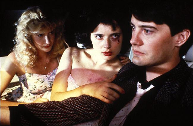 Jeffrey (Kyle Maclachlan) steht zwischen zwei Frauen