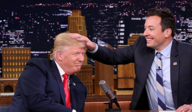Jimmy Fallon verwuschelt Donald Trump die Föhnfrisur