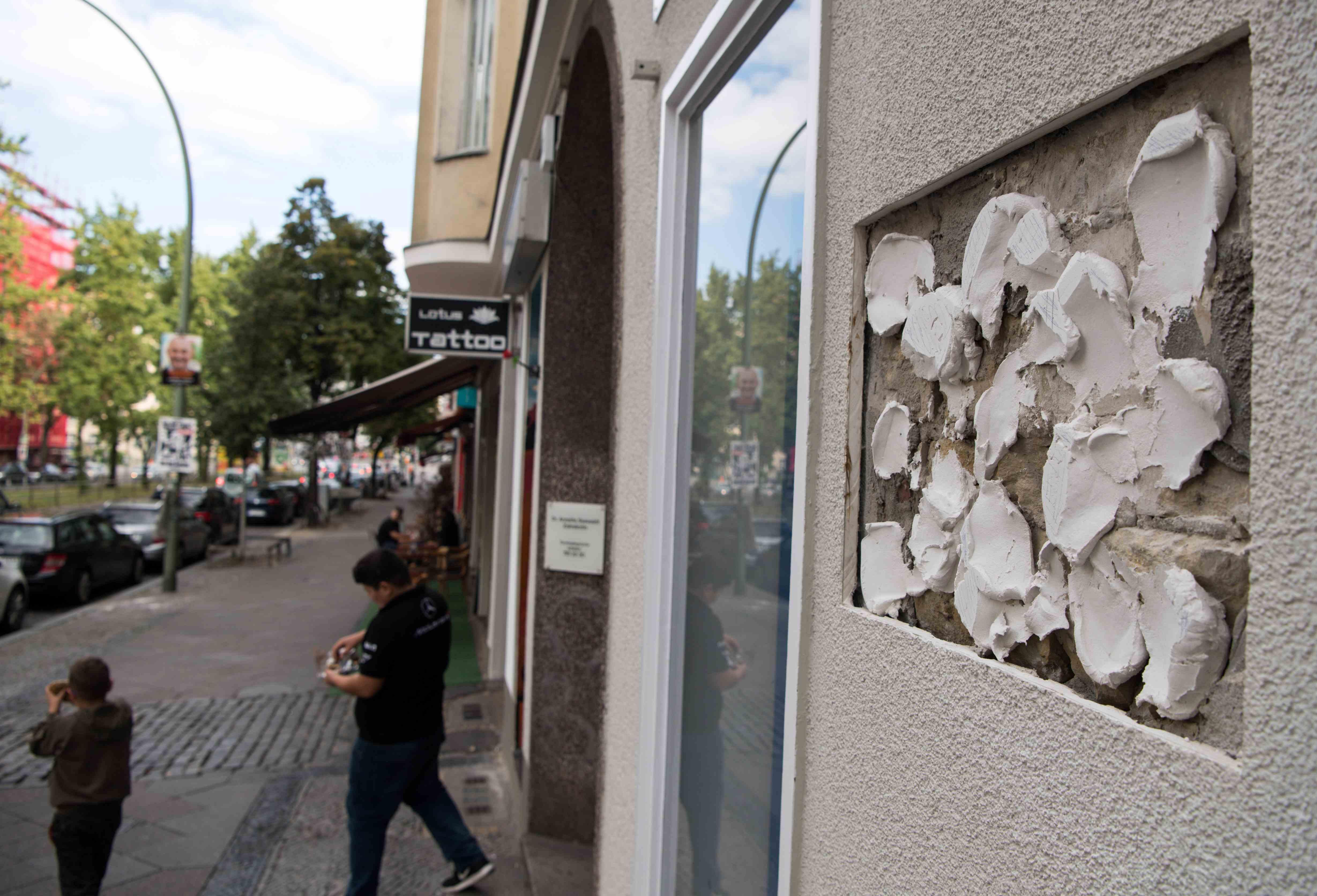 Wo eigentlich die erst kürzlich enthüllte Porzellantafel zur Erinnerung an David Bowie hängt, sind nur noch Klebstoffreste und eine Auslassung in der Mauer zu sehen.