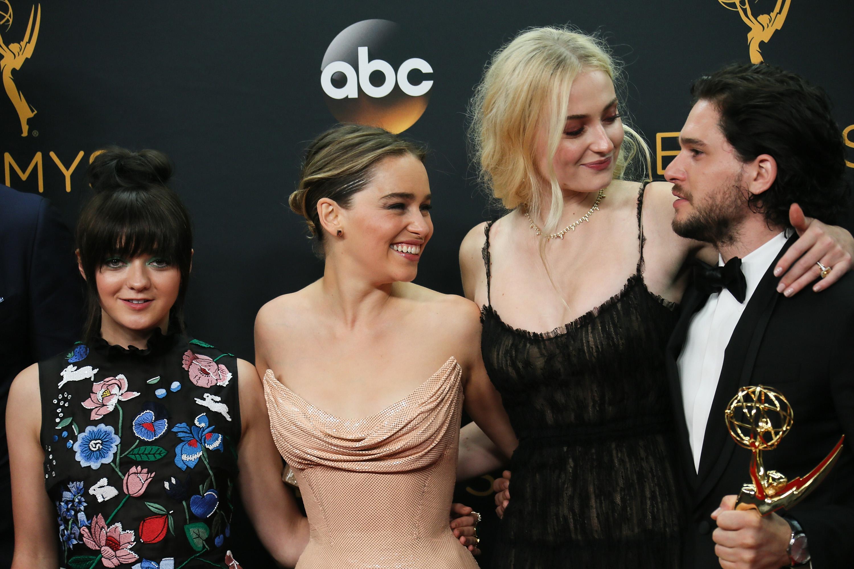 """Die """"Game Of Thrones""""-Darsteller(innen) Maisie Williams, Emilia Clarke, Sophie Turner und Kit Harington freuen sich über den erneuten Emmy-Erfolg"""