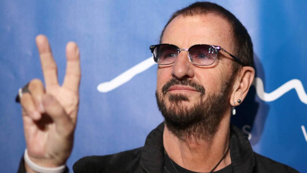 Peace! Der Ex-Beatle Ringo Starr mit seiner Lieblingsgeste