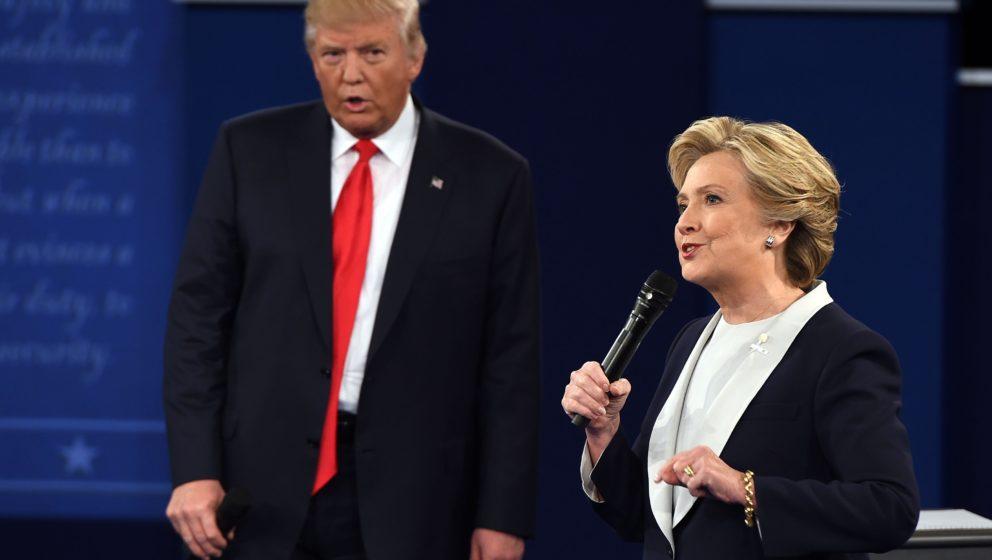 Trump und Clinton bei einem etwas anderen, aggressiveren Flirt