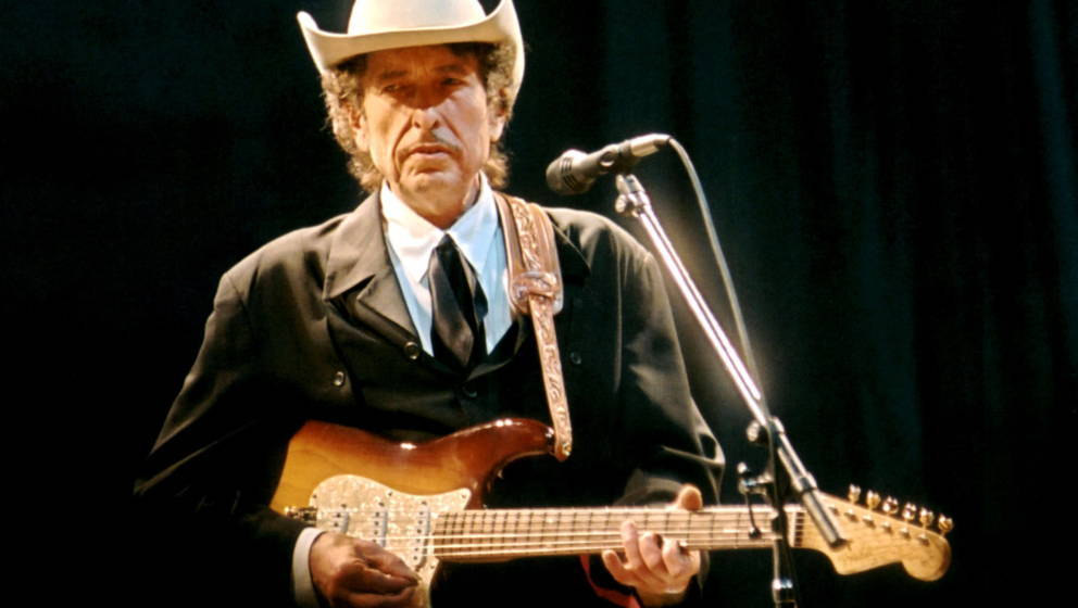 UNITED KINGDOM - MAY 05:  Photo of Bob DYLAN; performing live onstage, wearing Stetson hat  (Photo by Harry Scott/Redferns)