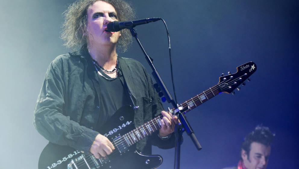 Robert Smith, Frontmann der britischen Band The Cure, steht am 17.10.2016 in der Barclaycard Arena in Hamburg auf der Bühne.