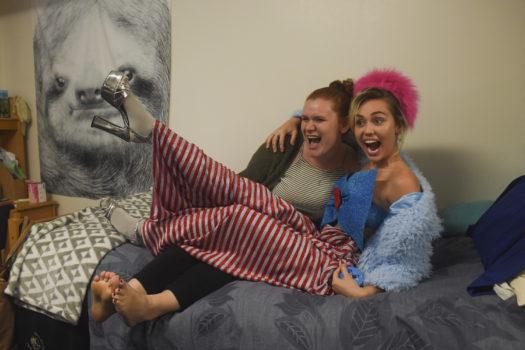 EIn Star auf dem Bett: Studentin Katherine Quigley freut sich über ein Foto mit Miley Cyrus