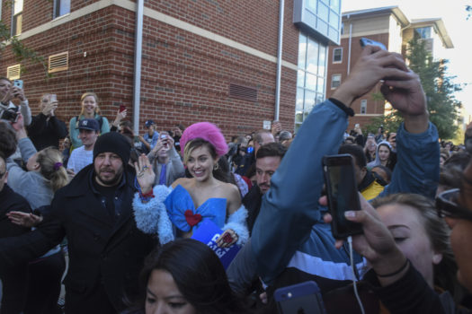 Wenn Miley Cyrus in die Uni geht, sieht das ein bisschen anders aus als bei anderen Studenten