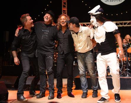 Neil Young (2.v.l.) mit James Hetfield, Lars Ulrich, Kirk Hammett und Robert Trujillo (v.l.) (samt Geburtstagstorte im Gesicht!) von Metallica