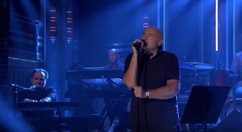 """Phil Collins schließt die Augen, während er """"In The Air Tonight"""" singt"""
