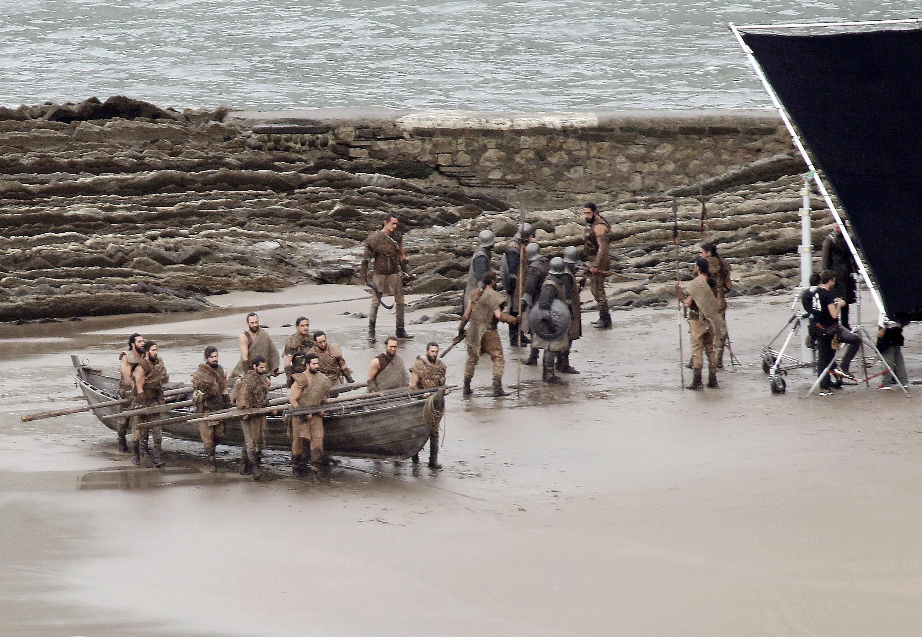 Boote werden an Land geschoben - kommt Daenerys gerade mit ihrer Armada in Westeros an