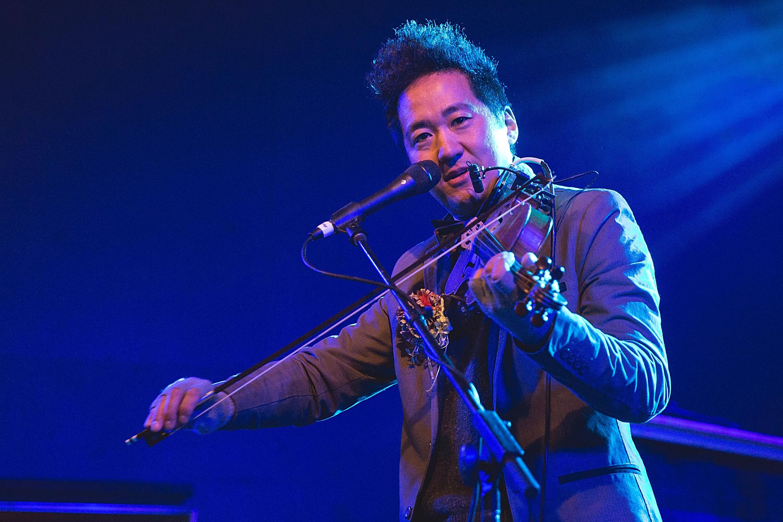 Kishi Bashi mit seinem Instrument