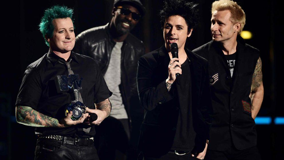 Tre Cool, Billie Joe Armstrong und Mike Dirnt von Green Day nehmen ihren Global Icon Award in Empfang