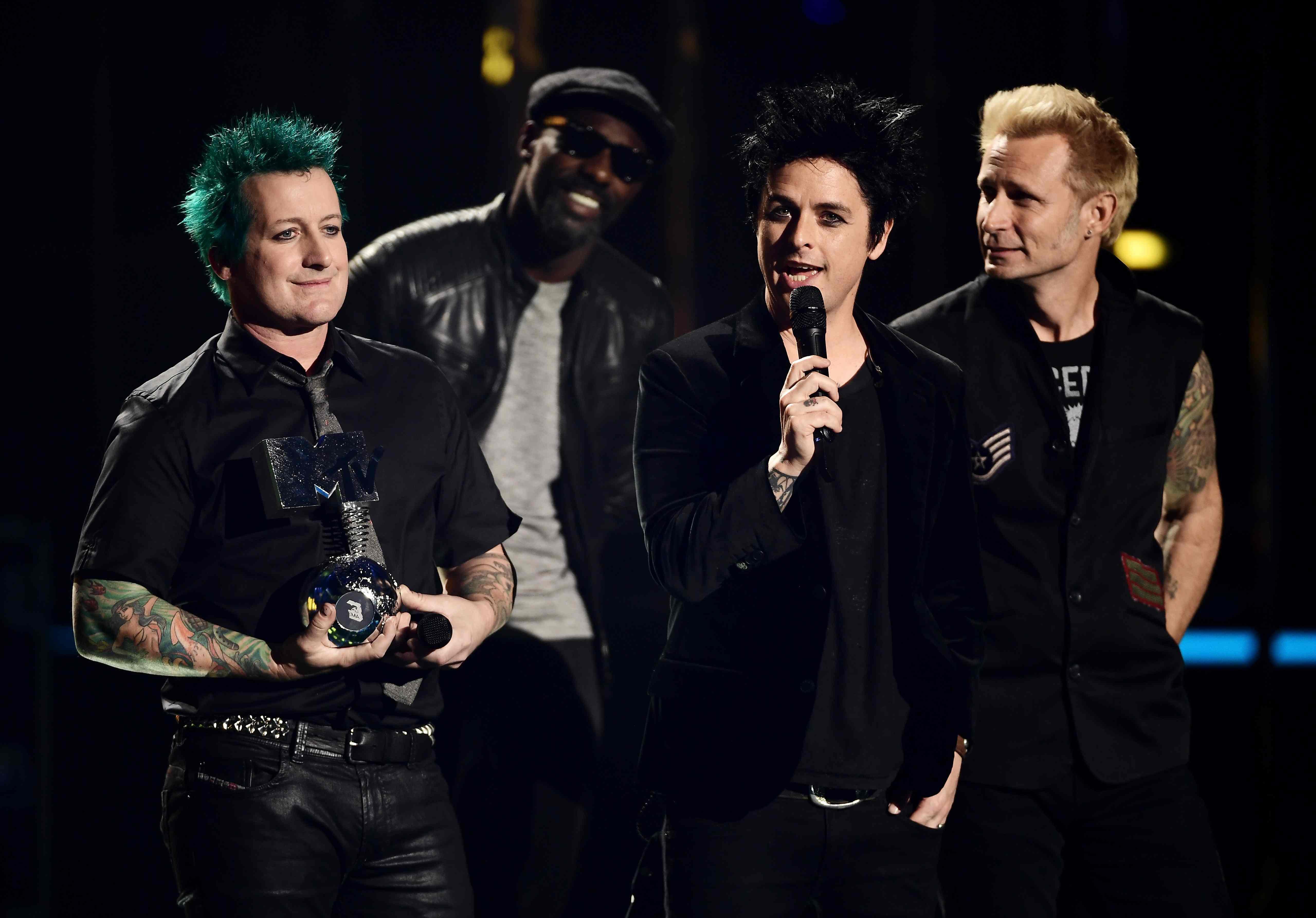 Tre Cool, Billie Joe Armstrong und Mike Dirnt von Green Day nehmen ihren Global Icon Award in Empfang
