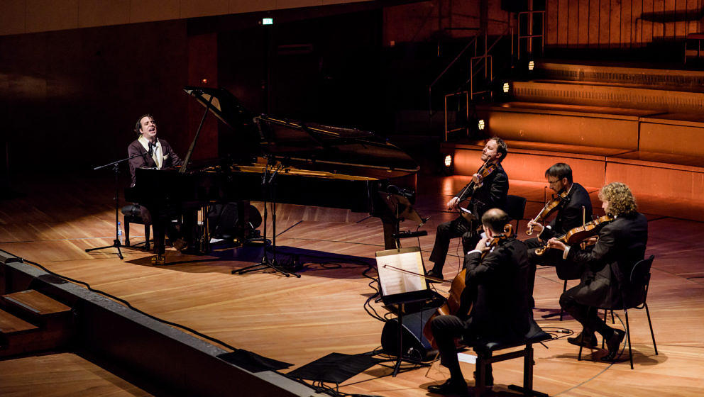 Chilly Gonzales am Klavier - hier mit dem Kronos Quartett in Berlin