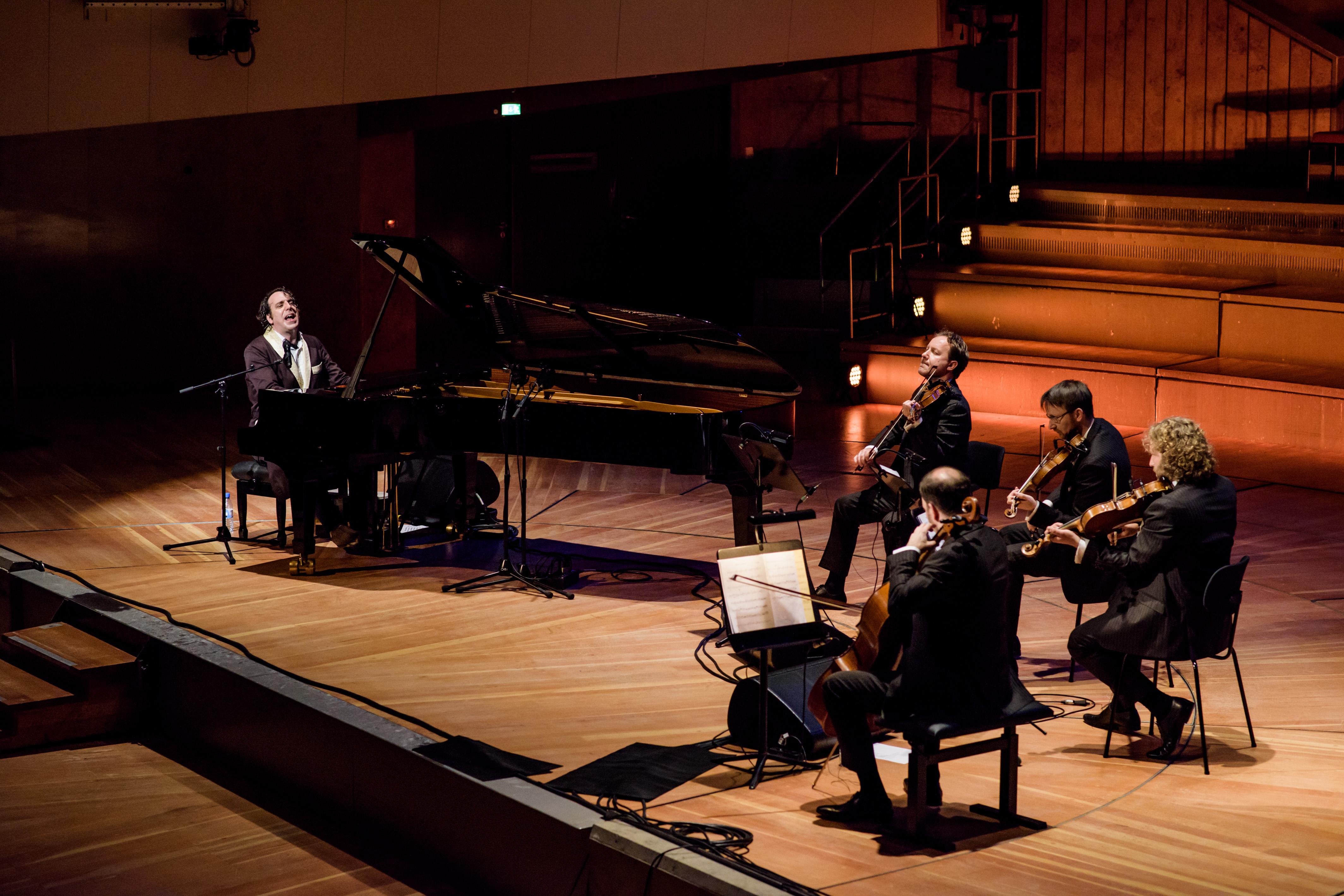 Chilly Gonzales am Klavier - hier mit dem Kronos Quartett in Berlin