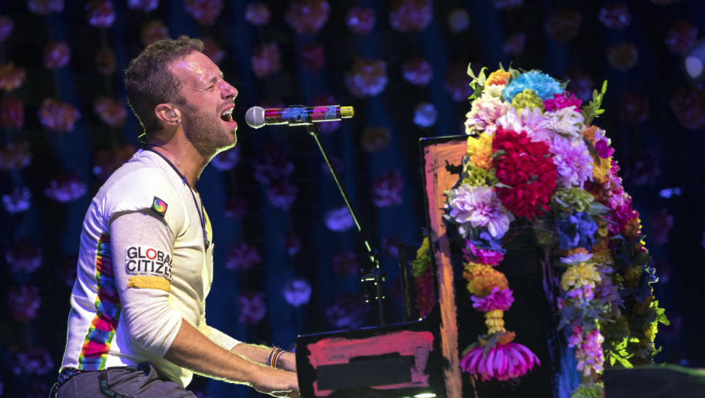 LONDON, ENGLAND - NOVEMBER 11:  EDITORIAL USE ONLY. Chris Martin of Coldplay performs during their exclusive gig for Absolute