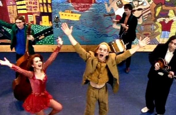 "Szene aus dem Musikvideo von ""Shiny Happy People"""