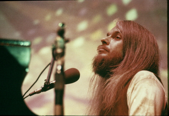 Leon Russell performs on stage, Lyceum Theatre, London, 26th February 1971. (Photo by Michael Putland/Getty Images)