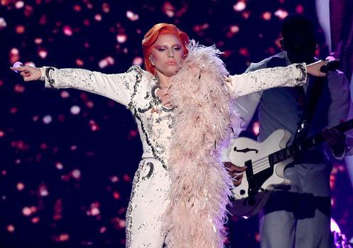 Lady Gaga spielte bei der diesjährigen Grammy-Verleihung eine Hommage für David Bowie