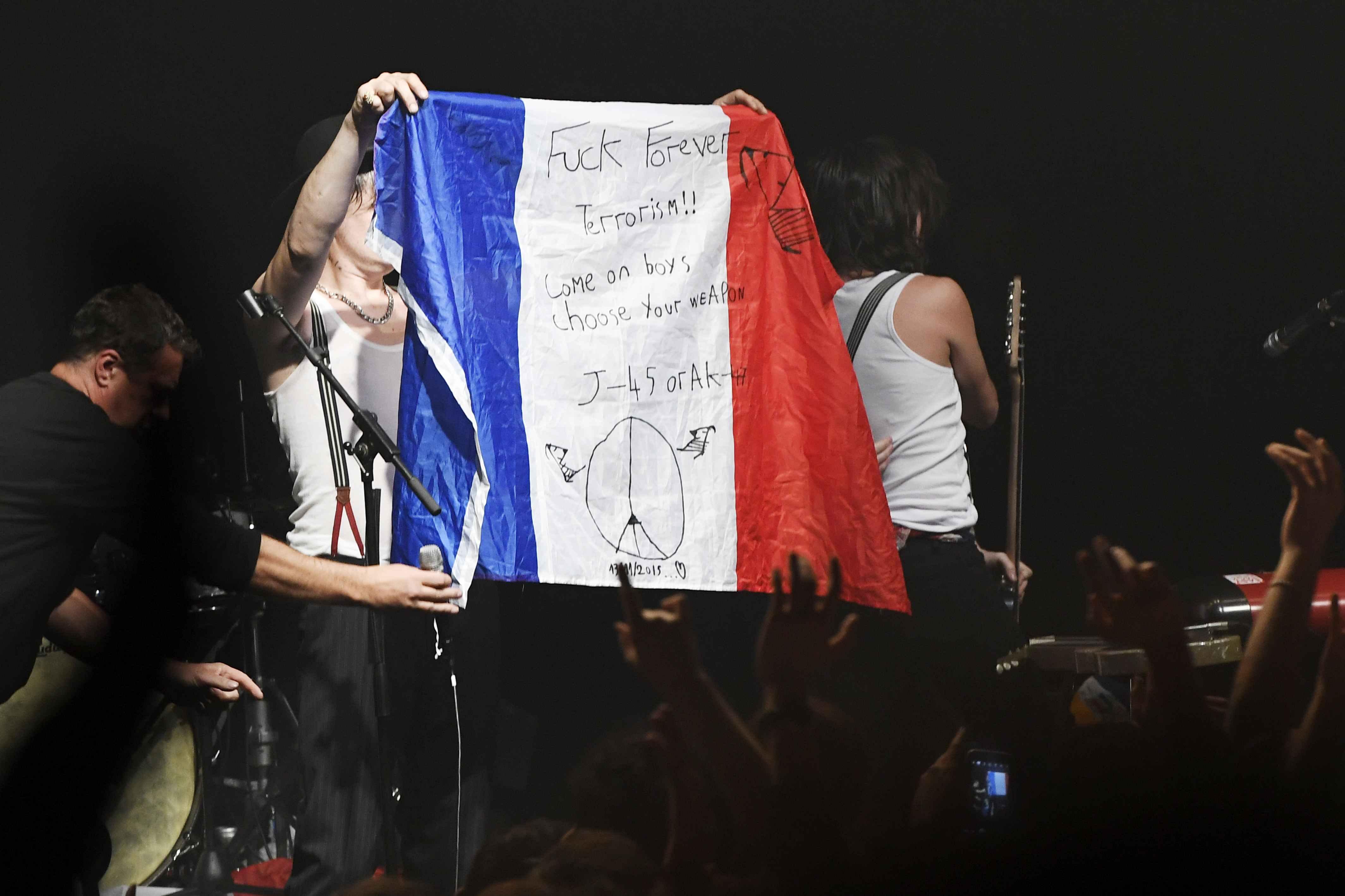 Pete Doherty hält im Bataclan die französische Flagge hoch