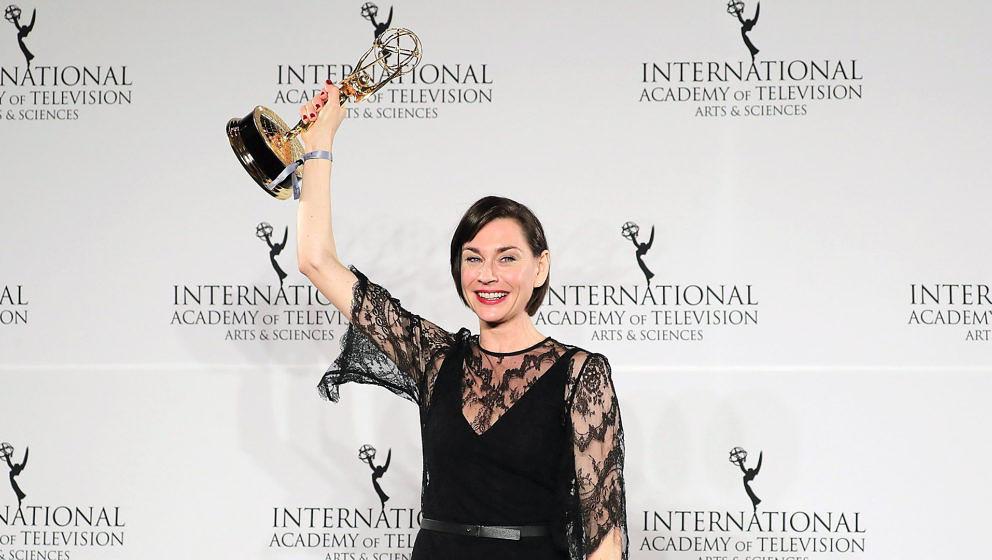 Christiane Paul mit ihrem Emmy.