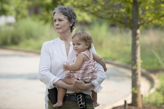 carol-holds-baby-judith-in-the-walking-dead-season-6-episode-7