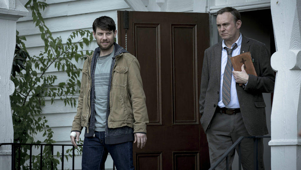 """Kyle und Reverend Anderson in """"Outcast"""""""