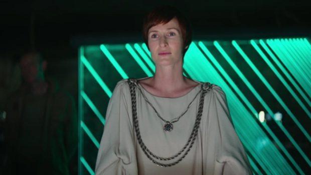 """Mon Mothma (Genevieve O""""Reilly) vor wichtigem Bildschirm"""