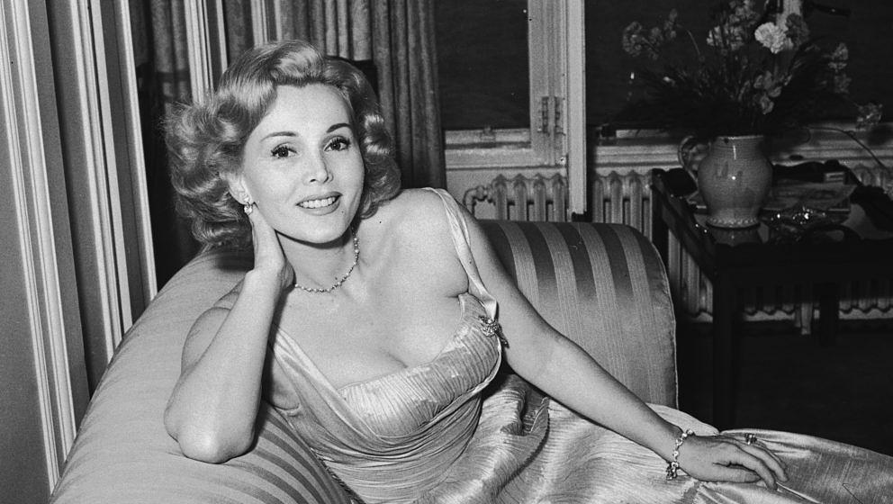 Zsa Zsa Gabor (geboren am 6. Februar 1917 in Budapest, Österreich-Ungarn als Sári Gábor,[1] auch als Zsuzsanna Sári Gábor;[2] gestorben am 18. Dezember 2016 in Los Angeles, Kalifornien)