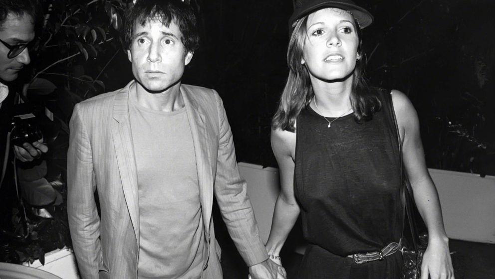 Paul Simon und Carrie Fisher halten bei einem Spaziergang in New York Händchen