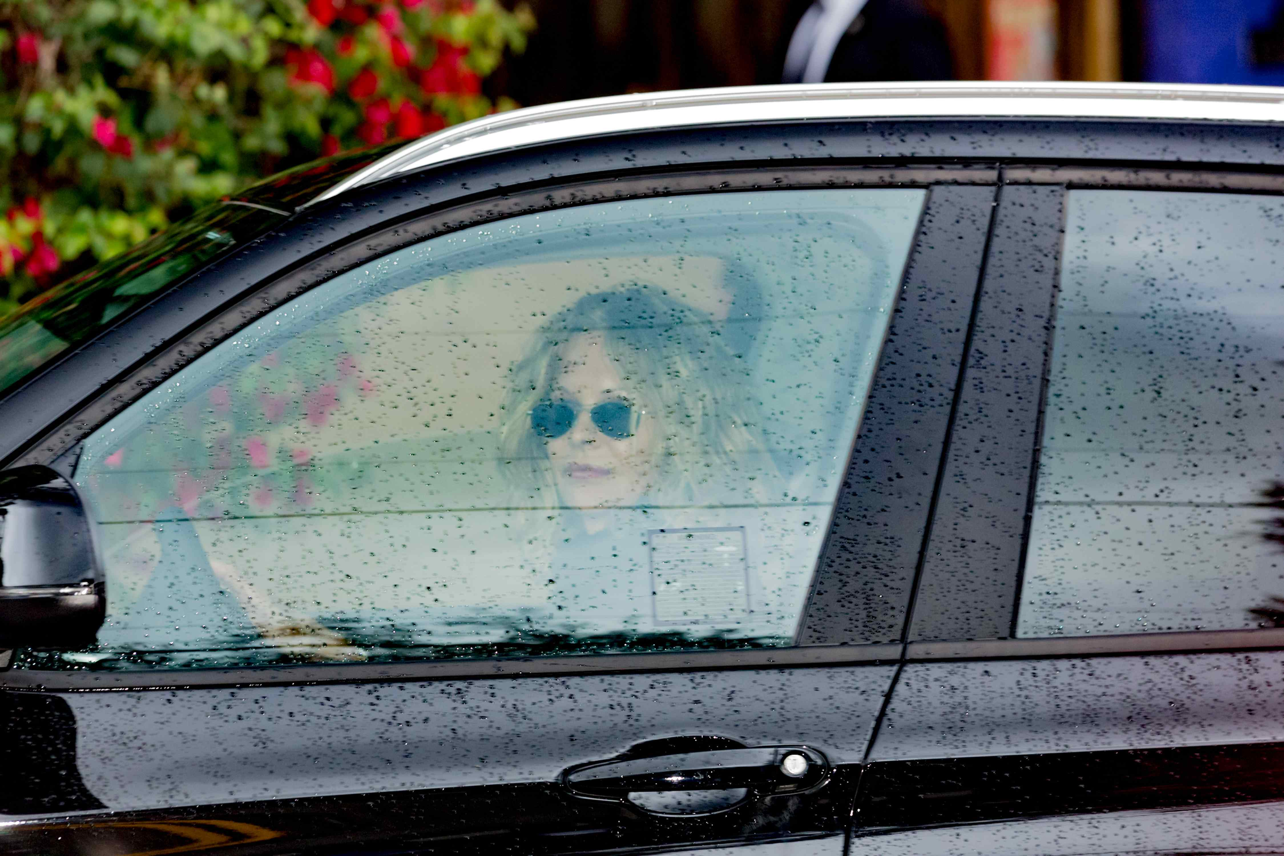 Meg Ryan kommt mit dem Auto zur Trauerfeier