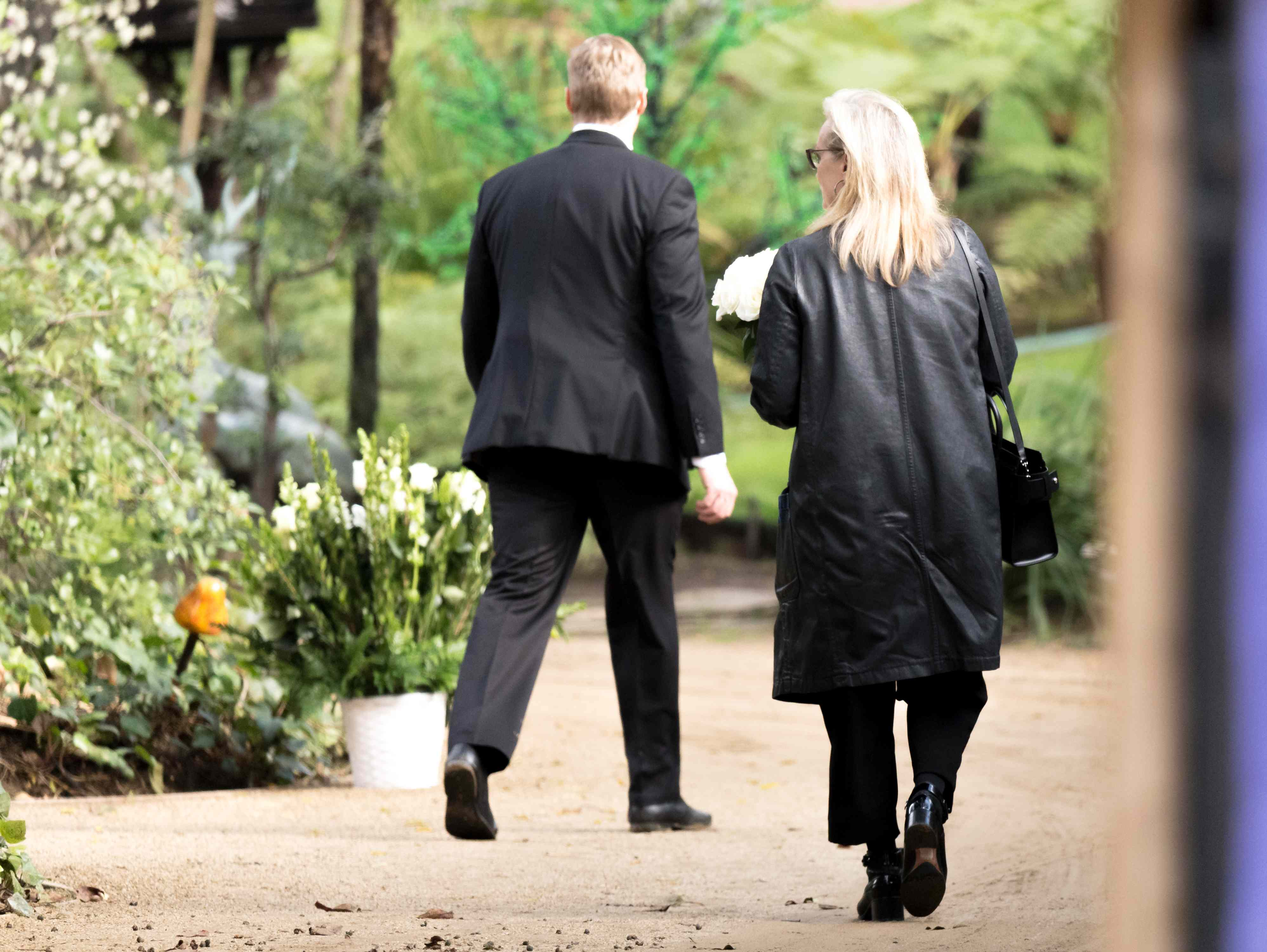 Meryl Streep mit weißen Blumen auf dem Weg zur Trauerfeier von Carrie Fisher und Debbie Reynolds