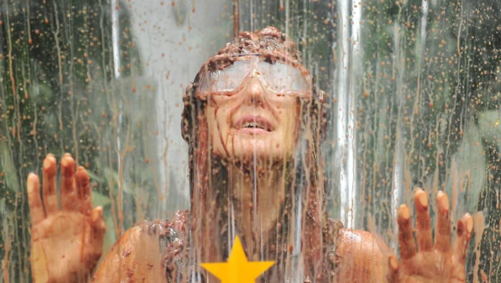 Hanka Rackwitz bekommt eine Ungeziefer-Dusche