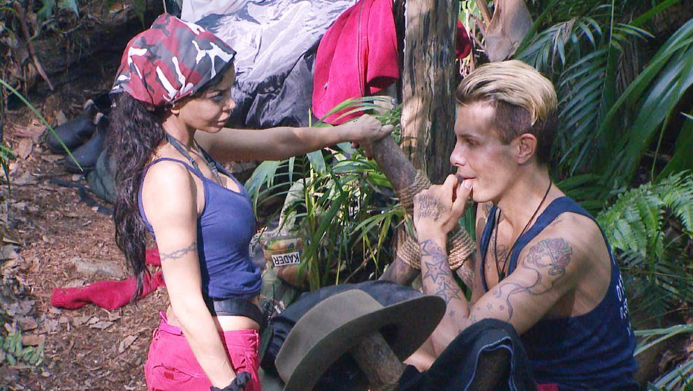 Tag 6 im Camp. Florian Wess spricht Kader Loth auf Sarah-Joelle an.