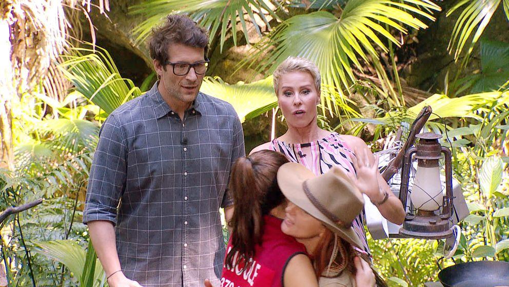 Tag 6 Camp. Nicole Mieth (l.) und Hanka Rackwitz (r.) erfahren von Sonja Zietlow und Daniel Hartwich das sie zur Dschungelpr�