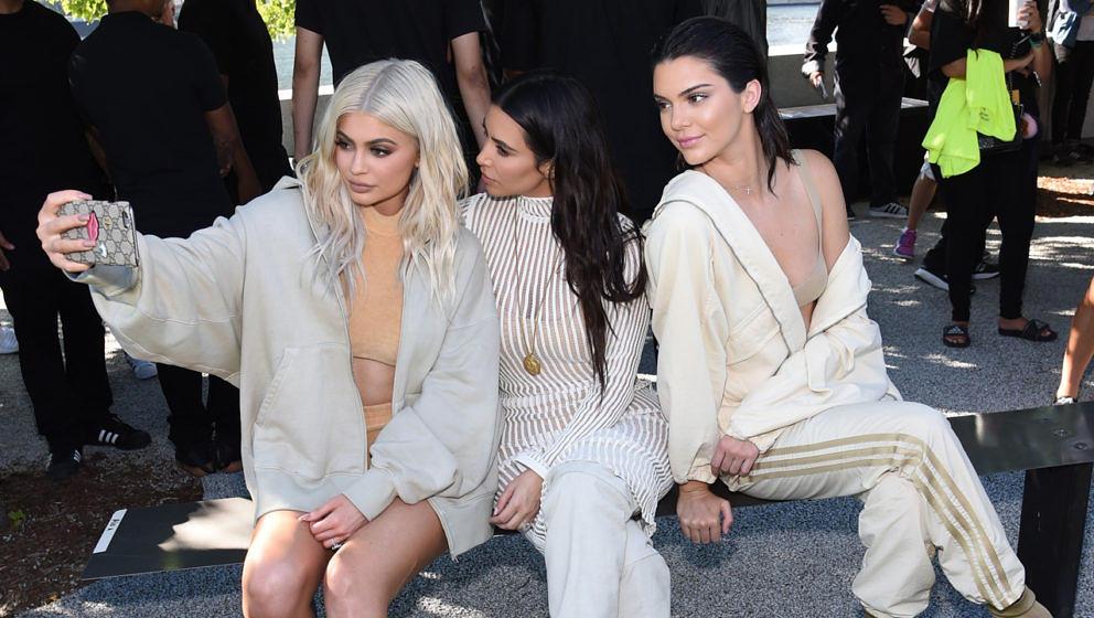 Kylie, Kim und Kendal machen selbstverliebte Selfies von sich.