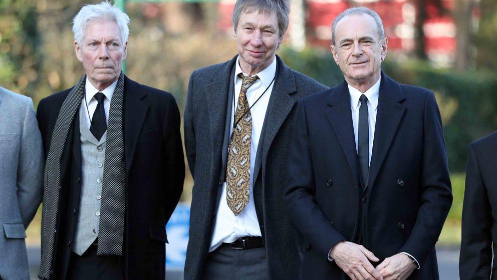 Andy Bown (l-r), John 'Rhino' Edwards und Francis Rossi von der Band Status Quo kommen am 19.01.2017 in Woking (Großbritanni