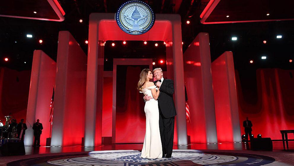 """Trump und Melania tanzten ihren ersten Tanz zu Frank Sinatras """"My Way"""" und vermitteln auch damit eine klare Botschaft."""