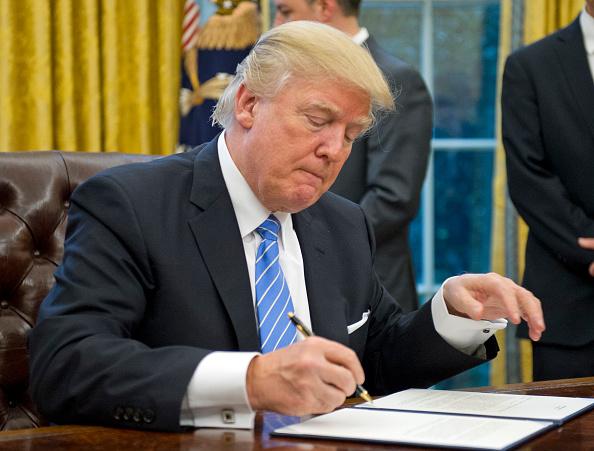 Trump bei der Arbeit: Um den eigenen Namen zu schreiben, braucht es höchste Konzentration.