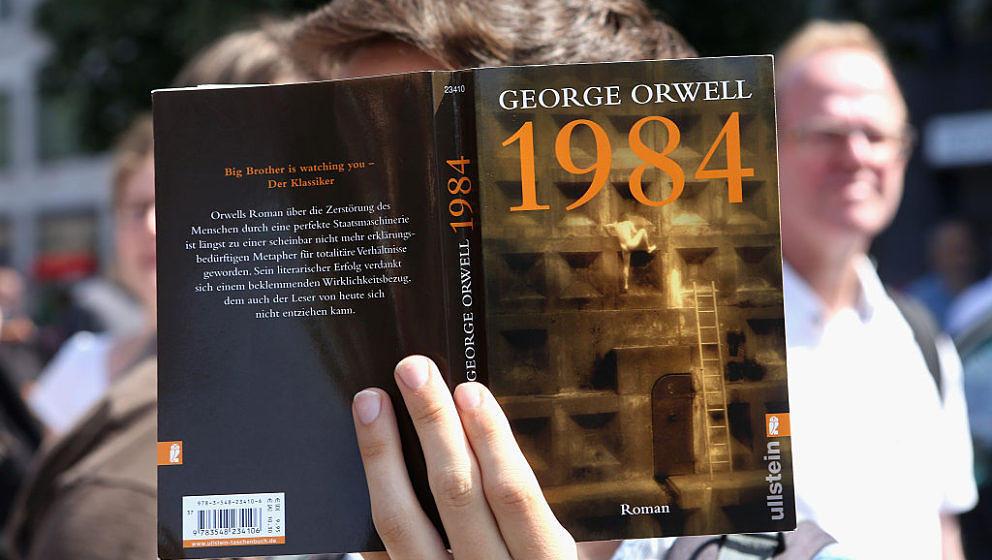 """Erst ein paar Tage ist Donald Trump im Amt. Schon ist George Orwells """"1984"""" Amazons Bestseller. Welchen Zusammenhang hat das?"""