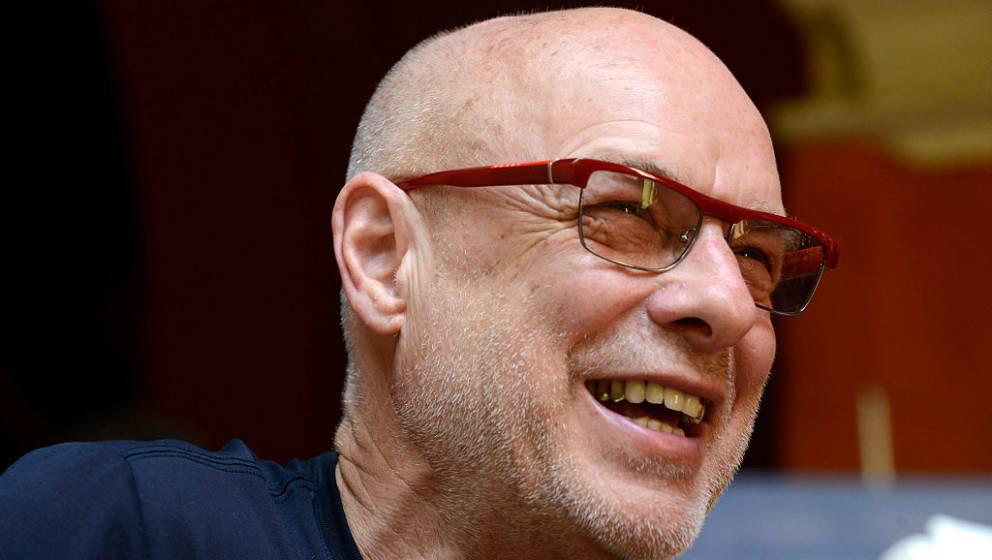 """Nachdem er in einem Interview gesagt hatte, dass Trump und der Brexit """"genau der Arschtritt sind, den wir gerade brauchen"""" stellt Brian Eno nun in einem Facebook-Post klar, dass er alles andere als glücklich über den neuen US-Präsidenten ist."""