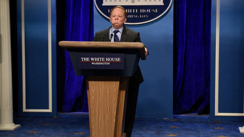 """Die Schauspielerin Melissa McCarthy parodiert Sean Spicer, den Pressesprecher des Weißen Hauses, in der Comedy-Show """"Saturday Night Live"""" – aggressiv und schrill schreiend."""