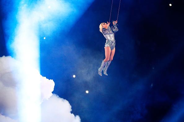 Als Höhepunkt der Halbzeitshow beim Super-Bowl-Auftritt von Lady Gaga sprang sie von einem 79 Meter hohen Dach. Nun ist herausgekommen, dass das nicht live war.