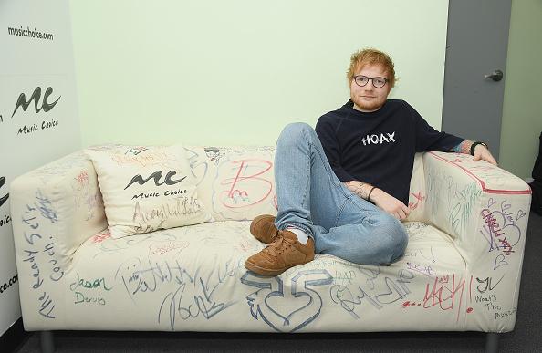 Sänger Ed Sheeran könnte sich vorstellen, dass ein Tattoo von Elton Johns Gesicht seinen Hintern verziert. So entstand die Idee.