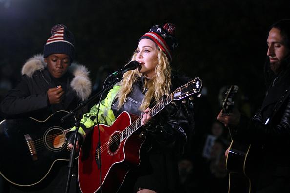 Im Alter von 58 Jahren hat Madonna noch einmal Kinder bekommen. In Zukunft werden Zwillinge aus Malawi bei ihr leben. Doch während sie den Familienzuwachs stolz bei Instagram präsentiert, hagelt es auch Kritik.