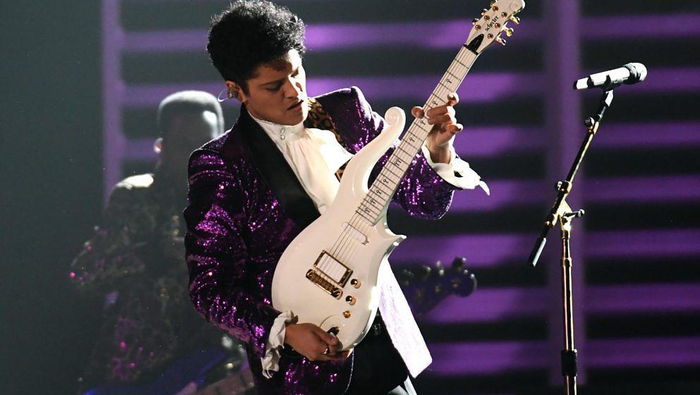 Bruno Mars erinnert an Prince bei den Grammys 2017