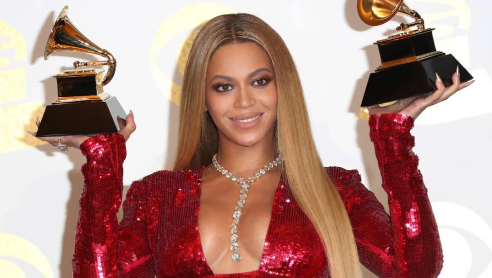 Stolz zeigt uns Beyoncé ihre beiden Goldtrophäen