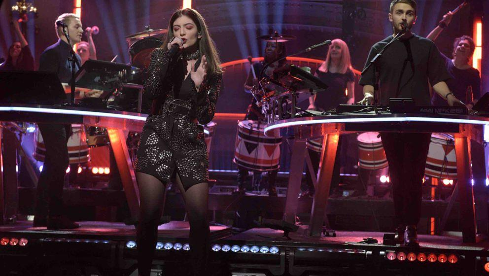 SATURDAY NIGHT LIVE -- 'Elizabeth Banks' Episode 1688 -- Pictured: Musical guest Disclosure performs with Lorde on November 1