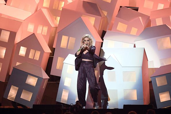 Bei den diesjährigen Brit Awards in London hat die Sängerin Katy Perry auf der Bühne die Puppen tanzen lassen. Während ihrer Performance wurde sie von Skeletten, die Donald Trump und Theresa May darstellen sollten, umrahmt.