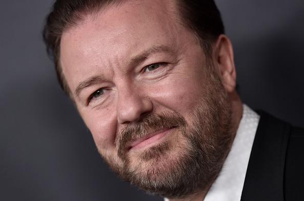 Während einer Show in Bristol musste der Comedian Ricky Gervais zwischenzeitlich die Bühne verlassen. Er dachte, dass er einen Herzinfarkt erleidet – seine Fans glaubten, dass es sich um einen Scherz handelt.