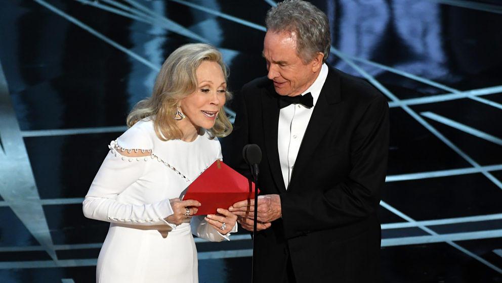 Faye Dunaway (L) und Warren Beatty verkünden den falschen Siegerfilm